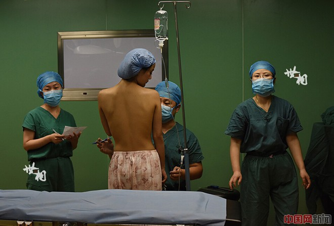 Tận thấy ca phẫu thuật nâng ngực của người mẫu Trung Quốc - ảnh 2