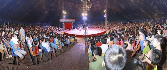 Khán giả thị xã Sơn Tây ùn ùn đội mưa đi xem xiếc lưu động - ảnh 3