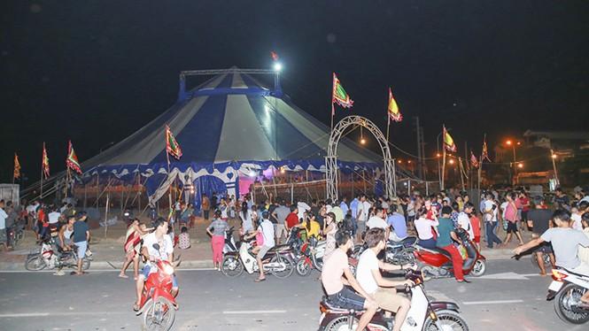 Khán giả thị xã Sơn Tây ùn ùn đội mưa đi xem xiếc lưu động - ảnh 2