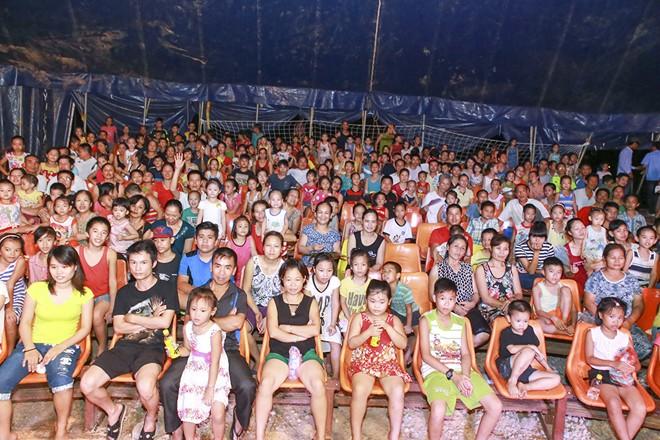 Khán giả thị xã Sơn Tây ùn ùn đội mưa đi xem xiếc lưu động - ảnh 4