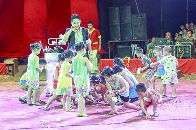 Khán giả thị xã Sơn Tây ùn ùn đội mưa đi xem xiếc lưu động - ảnh 6