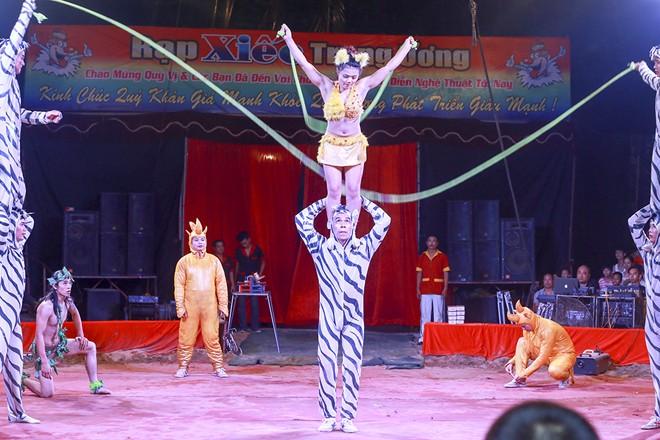 Khán giả thị xã Sơn Tây ùn ùn đội mưa đi xem xiếc lưu động - ảnh 8