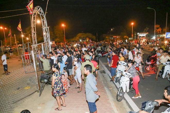 Khán giả thị xã Sơn Tây ùn ùn đội mưa đi xem xiếc lưu động - ảnh 1