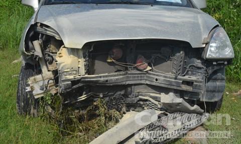 Xe 7 chỗ lao xuống chân đê nát bét, 3 người thoát nạn - ảnh 1