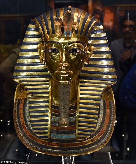 Vẻ đẹp hoàn hảo của chiếc mặt nạ vàng ròng 3.300 năm tuổi - ảnh 1