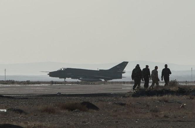 Cận cảnh tiêm kích Syria đem bom nhiệt áp tấn công IS - ảnh 1