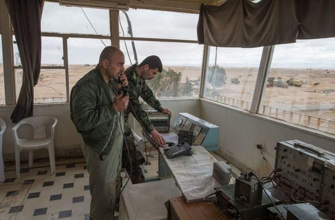 Cận cảnh tiêm kích Syria đem bom nhiệt áp tấn công IS - ảnh 10