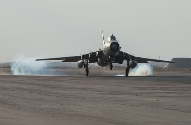 Cận cảnh tiêm kích Syria đem bom nhiệt áp tấn công IS - ảnh 12