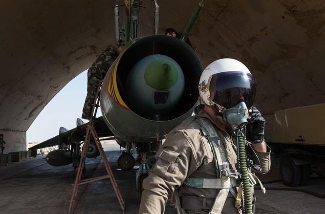 Cận cảnh tiêm kích Syria đem bom nhiệt áp tấn công IS - ảnh 5