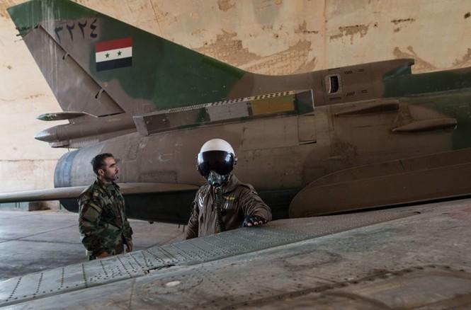 Cận cảnh tiêm kích Syria đem bom nhiệt áp tấn công IS - ảnh 7