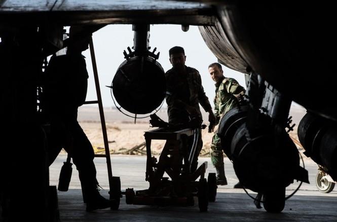 Cận cảnh tiêm kích Syria đem bom nhiệt áp tấn công IS - ảnh 9