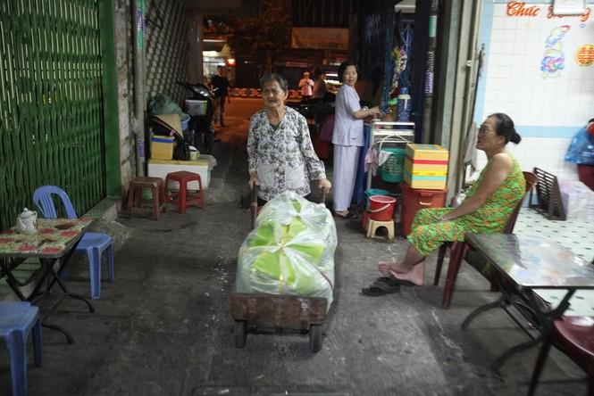 Cụ bà 80 tuổi nửa thế kỷ làm cửu vạn ở Sài Gòn - ảnh 5