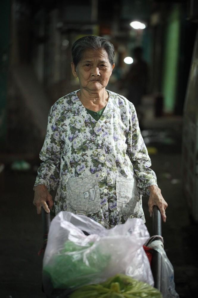 Cụ bà 80 tuổi nửa thế kỷ làm cửu vạn ở Sài Gòn - ảnh 8