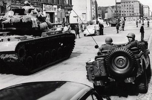 Cuộc đối đầu xe tăng Mỹ - Xô suýt đẩy thế giới vào thảm họa - ảnh 1