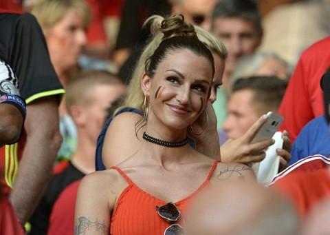 Bạn gái tuyển thủ Bỉ gây sốt với màn cổ vũ chịu chơi - ảnh 2