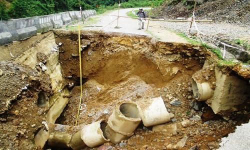 Hố 'tử thần' chia cắt quốc lộ ở Thanh Hoá - ảnh 1