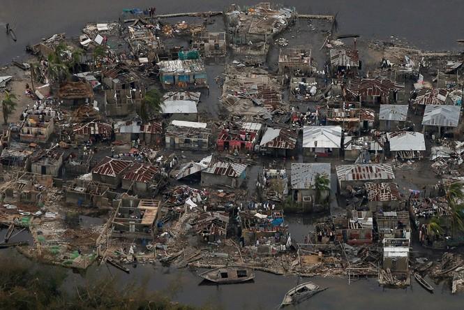 Cảnh tan hoang như thời chiến ở Haiti sau bão Matthew - ảnh 1