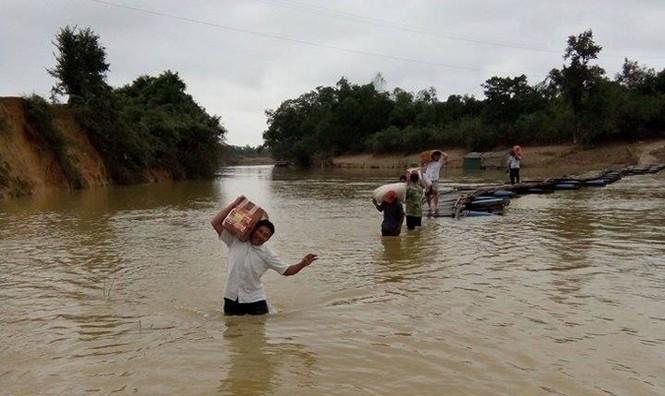 Cầu bị lũ phá hỏng, gần 100 học sinh lội nước tới trường - ảnh 1