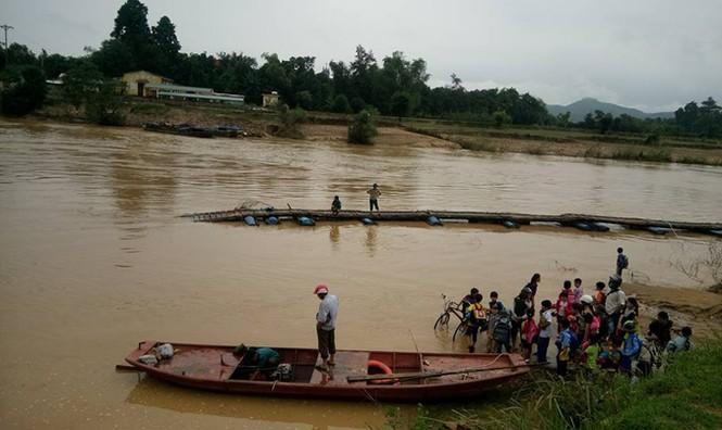 Cầu bị lũ phá hỏng, gần 100 học sinh lội nước tới trường - ảnh 3