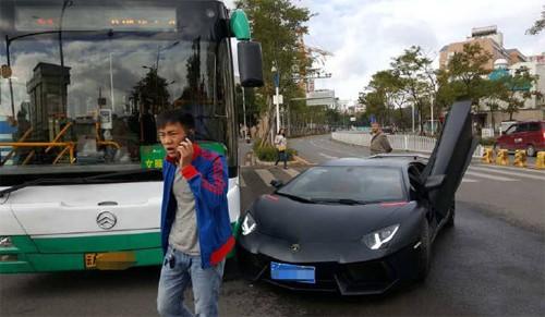 Siêu xe Lamborghini Aventador triệu đô đâm trúng xe buýt - ảnh 1