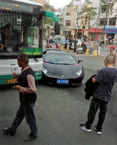 Siêu xe Lamborghini Aventador triệu đô đâm trúng xe buýt - ảnh 3
