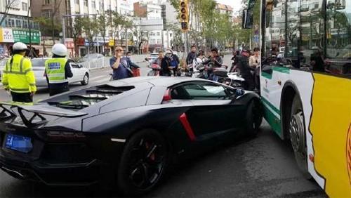 Siêu xe Lamborghini Aventador triệu đô đâm trúng xe buýt - ảnh 4