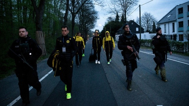 Không khí lo lắng bao trùm Dortmund sau vụ đánh bom - ảnh 10