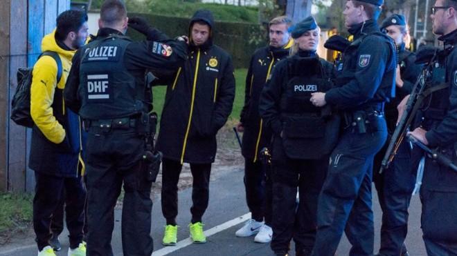 Không khí lo lắng bao trùm Dortmund sau vụ đánh bom - ảnh 8