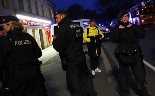 Không khí lo lắng bao trùm Dortmund sau vụ đánh bom - ảnh 9