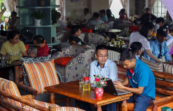 Người Sài Gòn vật vã trong nắng nóng hầm hập đầu mùa - ảnh 11