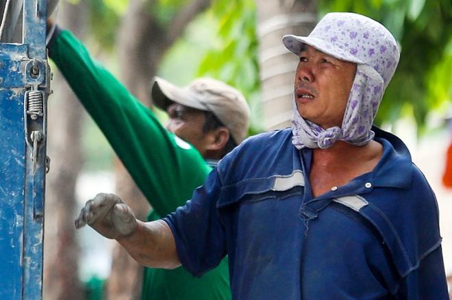 Người Sài Gòn vật vã trong nắng nóng hầm hập đầu mùa - ảnh 4