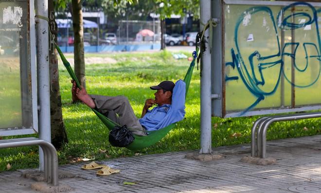 Người Sài Gòn vật vã trong nắng nóng hầm hập đầu mùa - ảnh 6