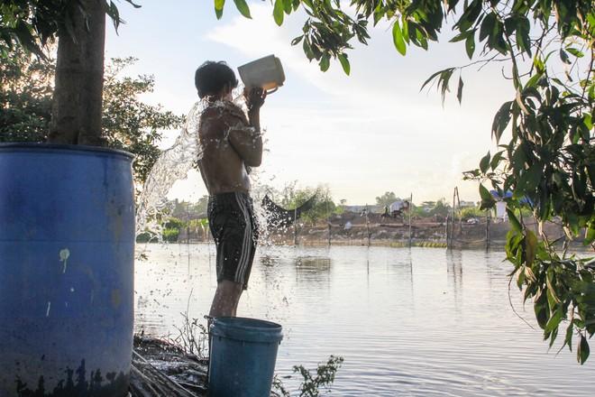 Người Sài Gòn vật vã trong nắng nóng hầm hập đầu mùa - ảnh 7