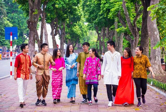 Trang phục ấn tượng của 28 thanh niên ưu tú tham gia Tàu thanh niên 2017 - ảnh 1