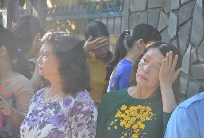 Học trò khóc tiễn đưa cô giáo trẻ trong ngày lễ khai giảng - ảnh 1
