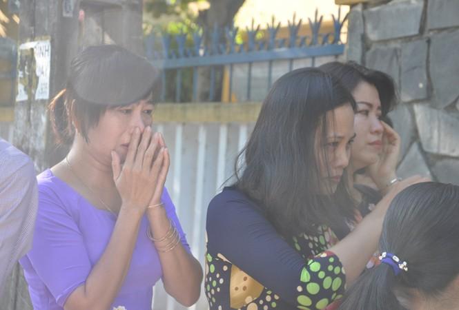 Học trò khóc tiễn đưa cô giáo trẻ trong ngày lễ khai giảng - ảnh 3