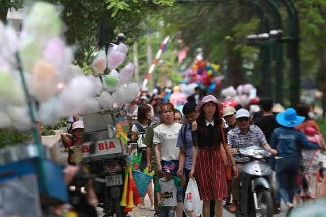 Hà Nội: Đông nghẹt thở ở công viên dịp nghỉ lễ - ảnh 14