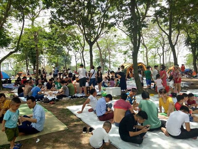 Hà Nội: Đông nghẹt thở ở công viên dịp nghỉ lễ - ảnh 1
