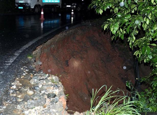 Quốc lộ 4D tê liệt vì hơn 3.000 khối đất đá lấp đường  - ảnh 3