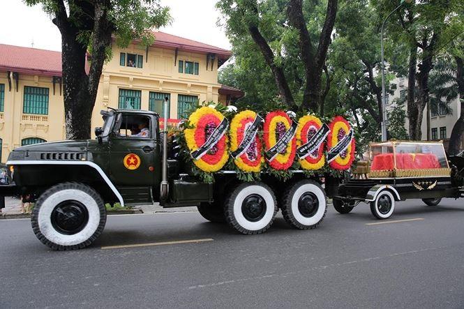 Hình ảnh đoàn xe chở linh cữu Chủ tịch nước trên các tuyến phố Hà Nội - ảnh 13
