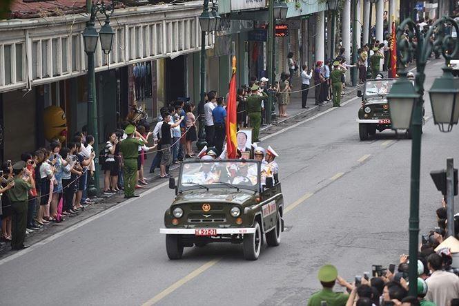 Hình ảnh đoàn xe chở linh cữu Chủ tịch nước trên các tuyến phố Hà Nội - ảnh 14