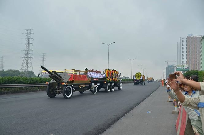 Hình ảnh đoàn xe chở linh cữu Chủ tịch nước trên các tuyến phố Hà Nội - ảnh 20