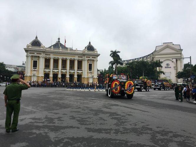 Hình ảnh đoàn xe chở linh cữu Chủ tịch nước trên các tuyến phố Hà Nội - ảnh 6