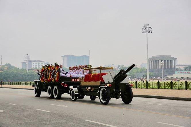 Hình ảnh đoàn xe chở linh cữu Chủ tịch nước trên các tuyến phố Hà Nội - ảnh 10