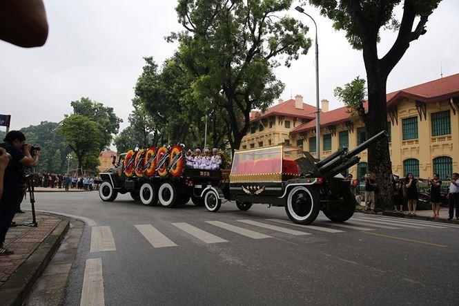 Hình ảnh đoàn xe chở linh cữu Chủ tịch nước trên các tuyến phố Hà Nội - ảnh 11