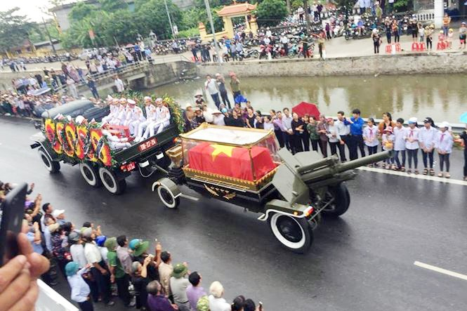 Nghìn người đội mưa đón linh cữu Chủ tịch nước về quê nhà - ảnh 7