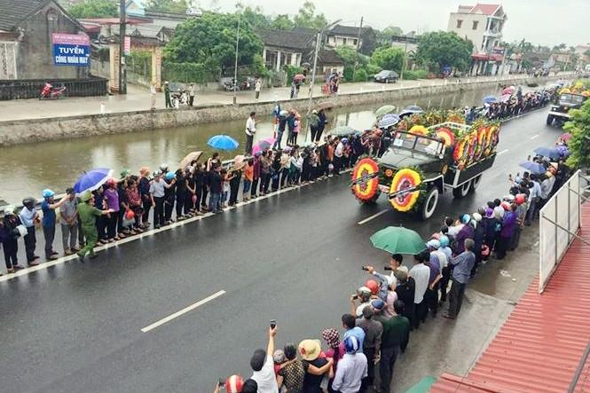 Nghìn người đội mưa đón linh cữu Chủ tịch nước về quê nhà - ảnh 6