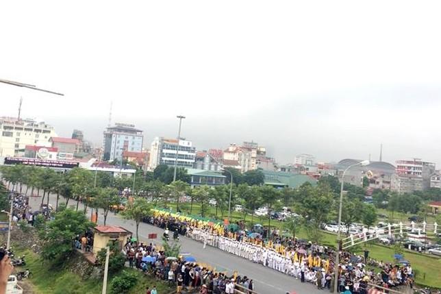 Nghìn người đội mưa đón linh cữu Chủ tịch nước về quê nhà - ảnh 2