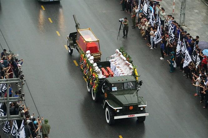 Nghìn người đội mưa đón linh cữu Chủ tịch nước về quê nhà - ảnh 3