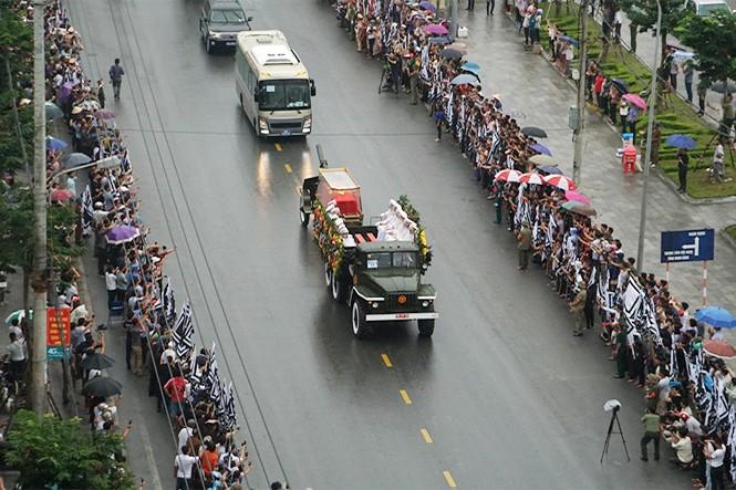 Nghìn người đội mưa đón linh cữu Chủ tịch nước về quê nhà - ảnh 4